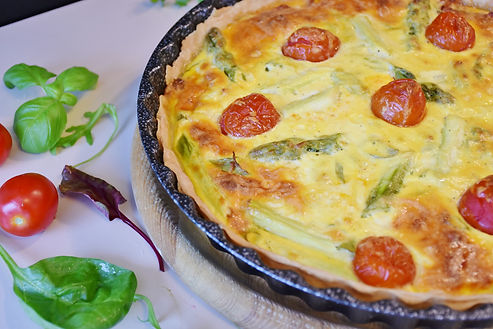 Quiche with asaparagus and tomatos