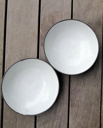 Sæt med to skåle specielt lavet til Møller Kaffe & Køkken i hvid