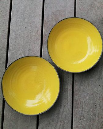 Sæt med to skåle specielt lavet til Møller Kaffe & Køkken i gul