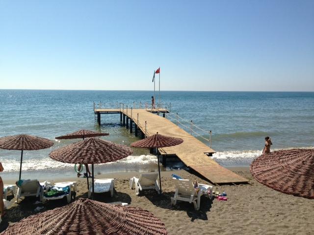 Bewaakt en omheind domein aan strand