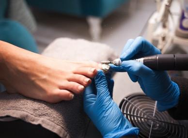pedicure-master-polishes-nails-before-ap
