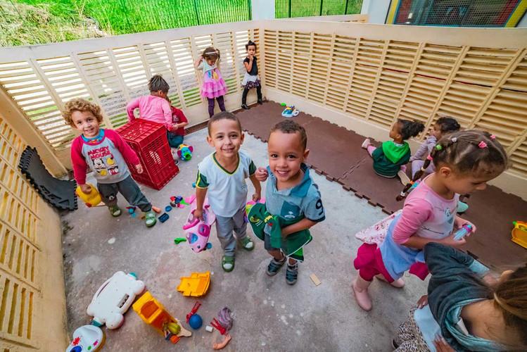 criancas-escola-ajuda-social-educacao-1.