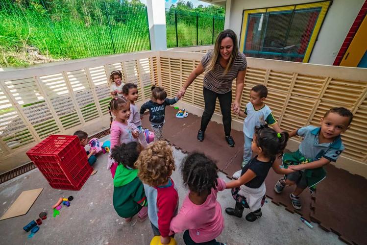 criancas-escola-ajuda-social-educacao-3.