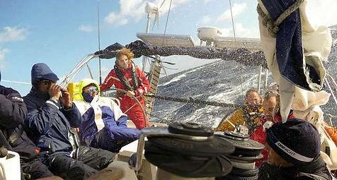 Barco velero cruzando el atlántco con olas de 5 metros
