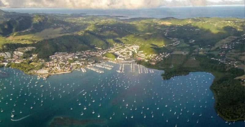 Vista aérea del fondeo de barcos veleros en Le Marin Martinica, Caribe