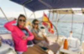 Amigas disfrutando de la excursión en barco velero en Denia y jaea