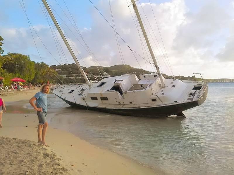 Barco velero varado en la playa del club med, en Le Marin, Martinica, Caribe