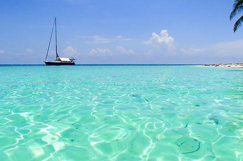Velero navegando en San Blas islas, Panamá