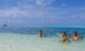 Familia bañandose en playa de Formentera