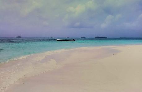 Playa imensa de arena blanca y agua cristalina en vaije en velero a Bocas del Toro, Panamá