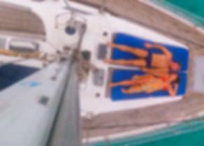 Pareja en velero en San Blasislas, Panamá