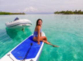 Turist practicando paddle en San Blas, Panamá