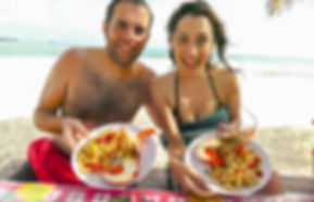 Turistas y comida en San Blas, Cayos Holandeses, Panamá