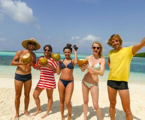 Turistas disfrutando vacaciones San Blas islas, Panamá