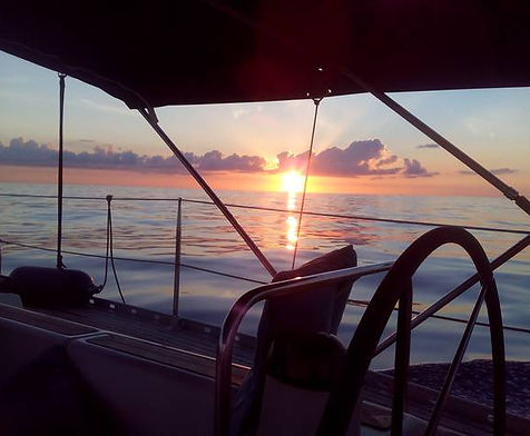 Amanecer desde barco velero en viaje a islas columbretes