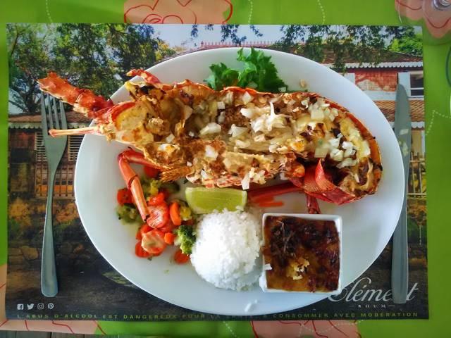 Típico plato de media Langosta cocida del Caribe