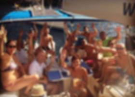 Fiesta single en un barco velero en las vacaciones de solteros de Ibiza y formenera