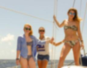 Disfrutando en cubierta el sol eterno en tus vacaciones en velero por Bocas del Toro, Panamá