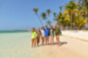 Turistas visitando el paraíso de San Blas, Panamá