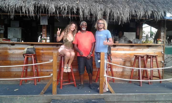 Hamburgueseria a pie de playa en St Anne, en Martinica, Caribe