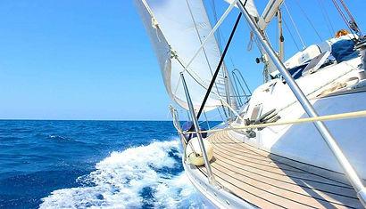 barco velero surcando el Atlántico