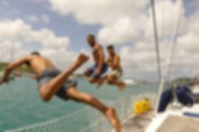 salta directamente al mar desde tu barco velro