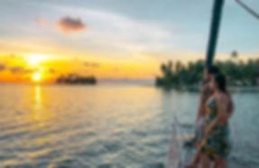 Pareja disfruta de puesta de sol en San Blas Panamá, en velero