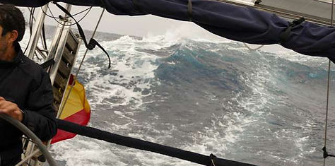 Surfeando grandes olas con mar y vientos de popa en el cruce Atlántico