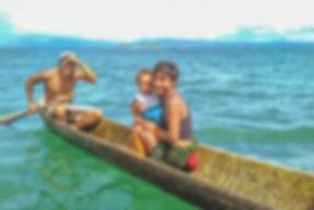 Los indios Kuna Yala o Gun Yala se acercan a nuestro velero para saludarnos, vender pescado, fruta y artesanía