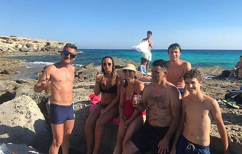 Familia y amigos pasando unos días en Deniay Jávea en velero