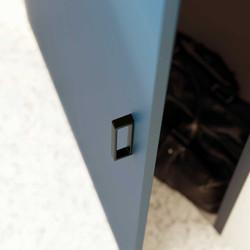 Facade-bleu-fonce-poignee-cubico-noire-b