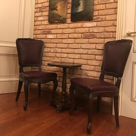 Отреставрированные стулья из Европы 50-е годы прошлого века. Обтянуты кожей, пробиты гвоздями. Наполнение: пружины, кокосовая койра, конский волос.