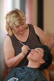 Heike schminkt Silvia für Studioaufnahmen