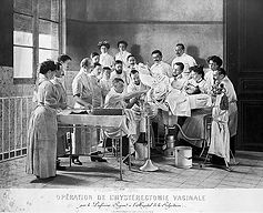 Operation de l'hysterectomie vaginale, b
