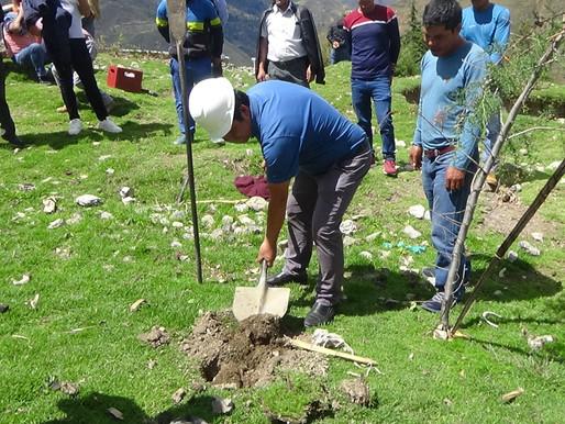 Alcalde del Distrito de Huachis coloca la primera piedra en el Centro Poblado de Castillo.