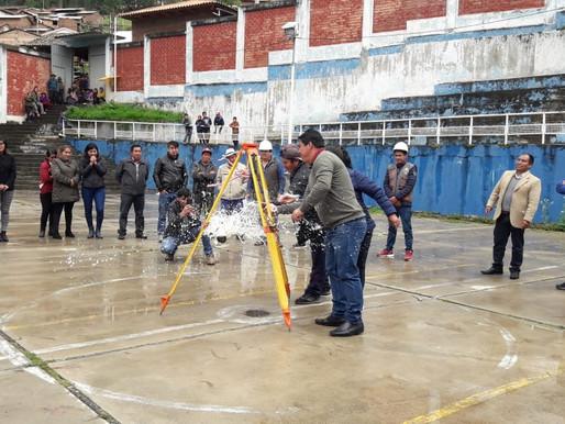 Alcalde del Distrito de Huachis coloca primera piedra en el barrio Fuerza Huracán de Huachis.