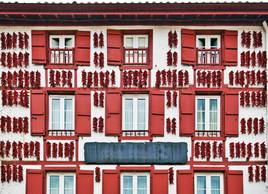 Piments qui séchent sur les façades des maisons d'Espelette