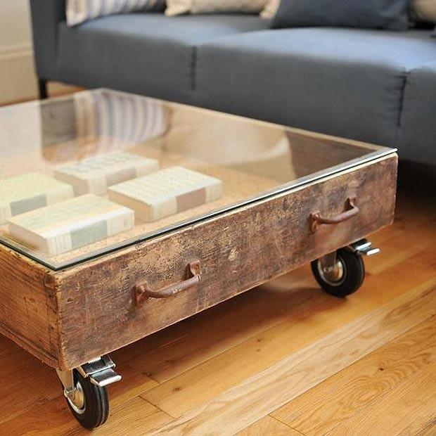 gaveta que se transformou em mesa de centro