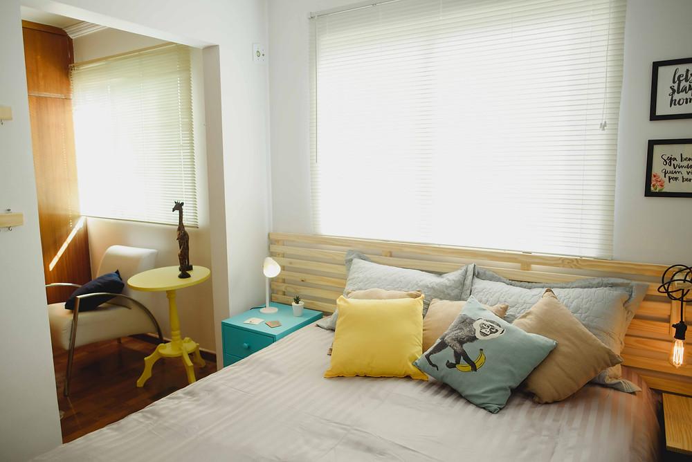 quarto de casal colorido azul e amarelo