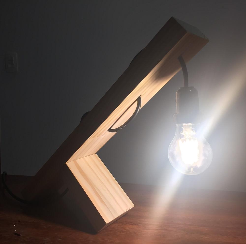 luminária de mesa de madeira acesa