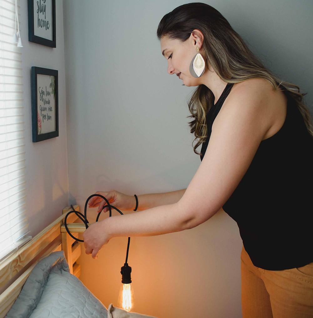Luminária com ripas de madeira e lâmpada de filamento