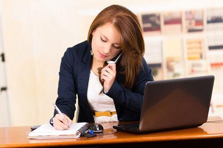 Unsere Büroleitung beratet kompetent und qualifiziert einen Kunden am Telefon und macht einen Termin mit Ihm aus.