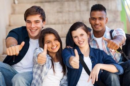 Die Abschlussprüfungen der Gesamtschule wurden geschrieben und die Schüler bedanken sich hier mit einem Daumen hoch für die gute Prüfungsvorbereitung bei der Nachhilfe Notensprung