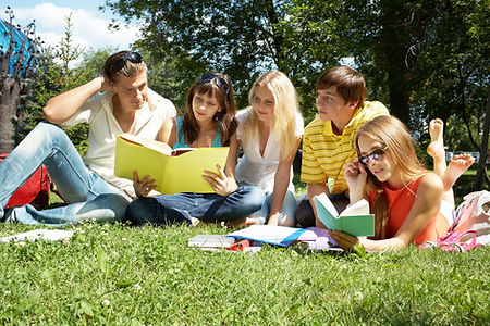 Die Ferienkursschüler arbeiten zusammen mit ihren Nachhilfelehrer ihre Defizite im Lernstoff auf