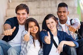 Schüler von der Realschule Baesweiler haben ihre ZAP bestanden und geben Nachhilfe Notensprung einen Daumen nach oben