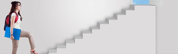 Die Praktikantin geht die ersten Schritte der Nachhilfe Notensprung Treppe hinauf