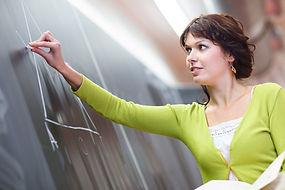 Nachhilfelehrerin in Alsdorf erklärt an der Tafel Mathematik um bessere Noten zu bekommen