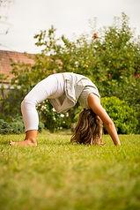 Eine Schülerin macht eine Brücke und zeigt die Flexibilität