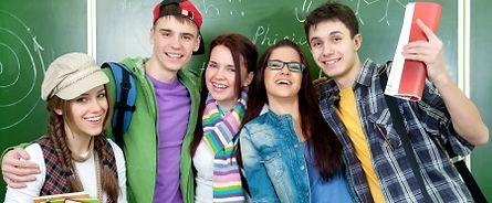 Abituirenten stehen glücklich vor der Tafel und freuen sich auf die Abiturprüfungen