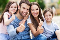 Eine Familie zeigt mit ihren Daumen nach oben und sind mit den AGB´s einverstanden und mit der Nachhilfe zufrieden